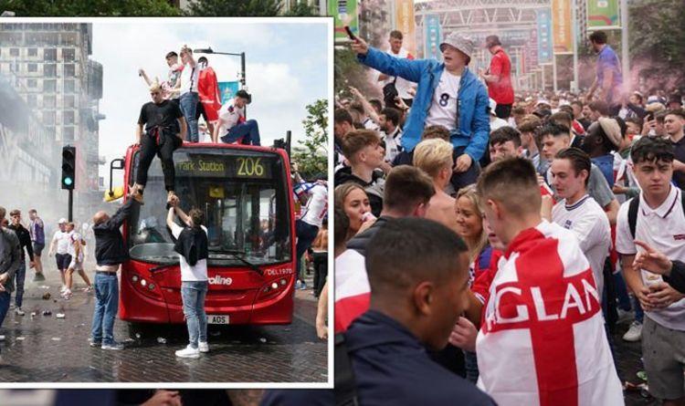 Euro2020: tifosi inglesi fuori controllo, tra assalti ai bus e lanci di bottiglie