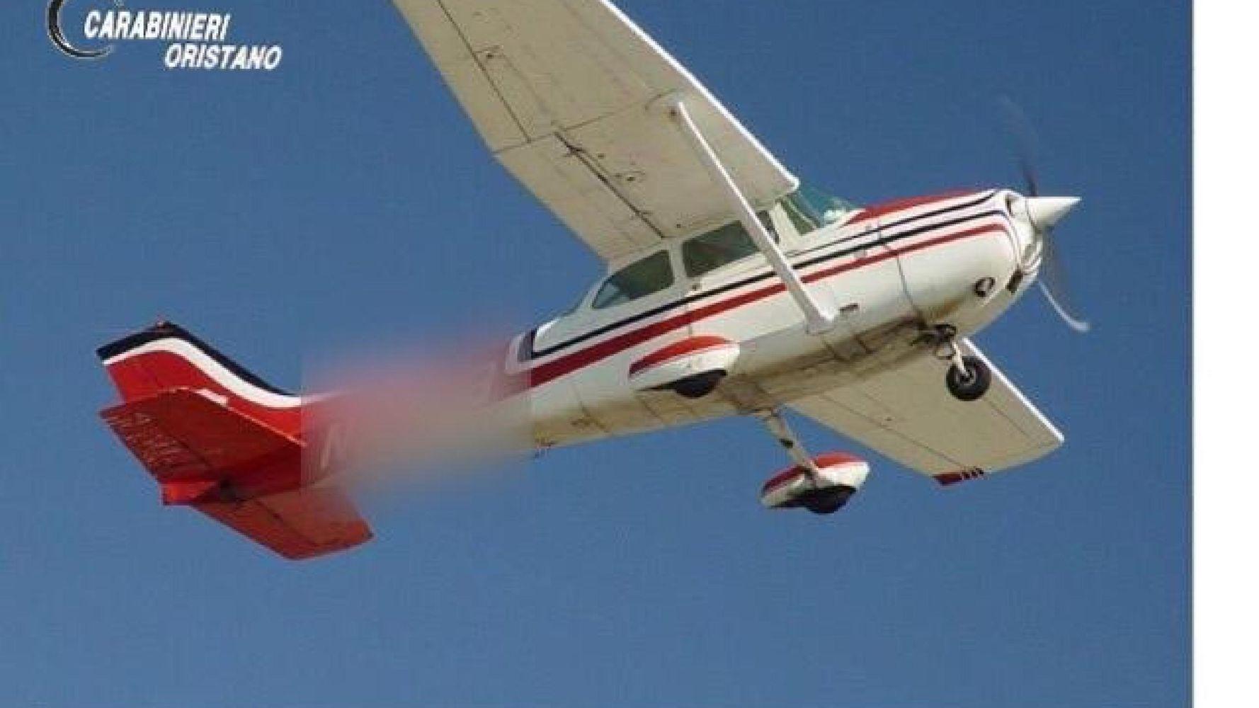 Sardegna, lancia 9 milioni di euro di cocaina dall'aereo ma sbaglia casa: arrestato pilota