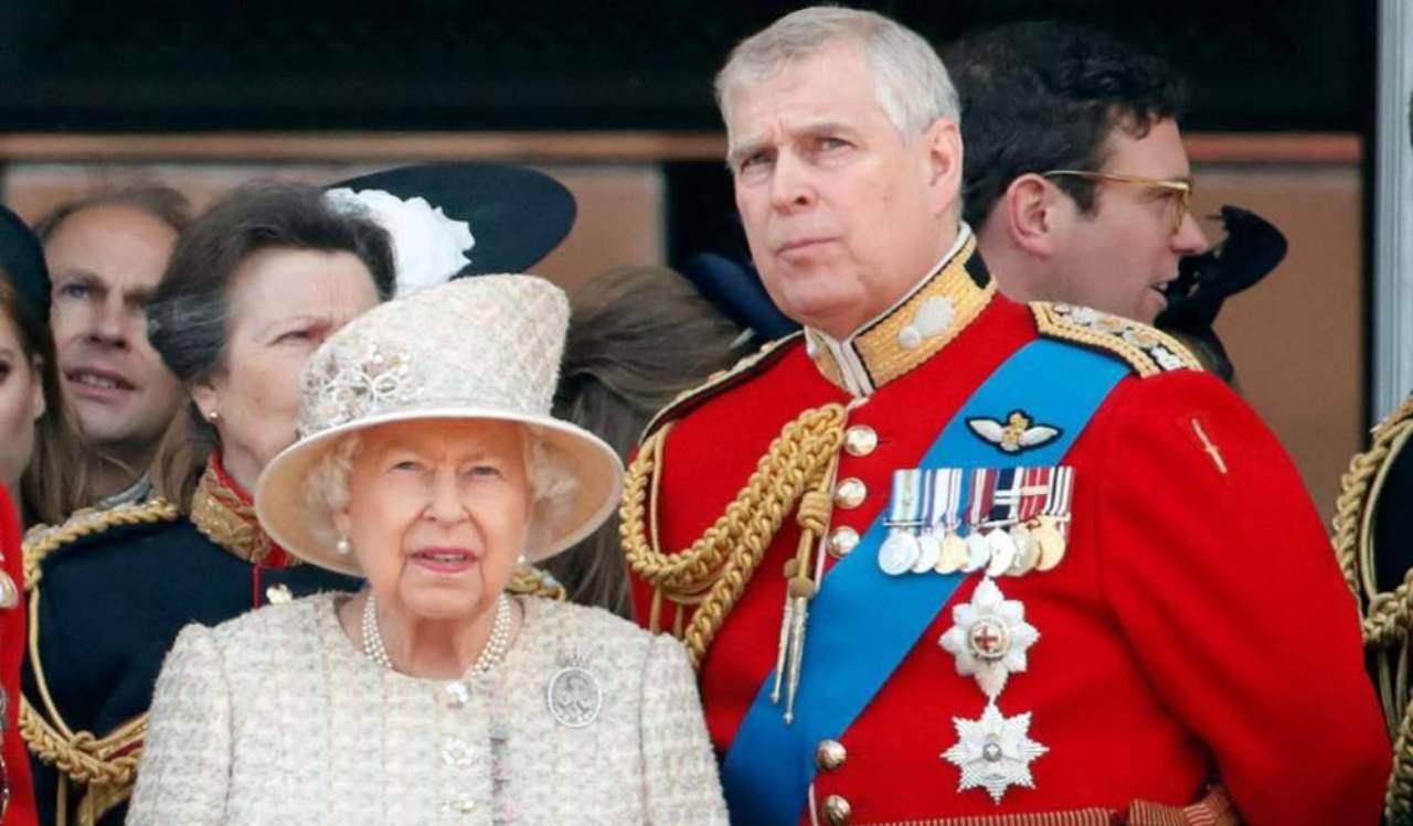 Regina Elisabetta a spada tratta al fianco del figlio Andrea: ecco cosa ha fatto per lui