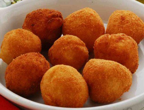 Polpette di patate e salsiccia | Croccanti fuori con cuore filante