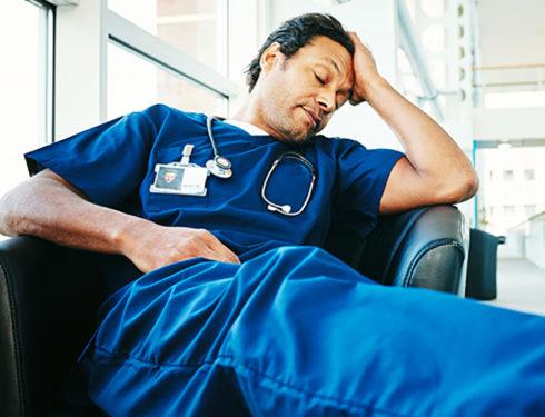 Medici, Infermieri, OSS e Professionisti Sanitari turnisti finiscono presto in burnout e diventano pericolosi per i loro assistiti.