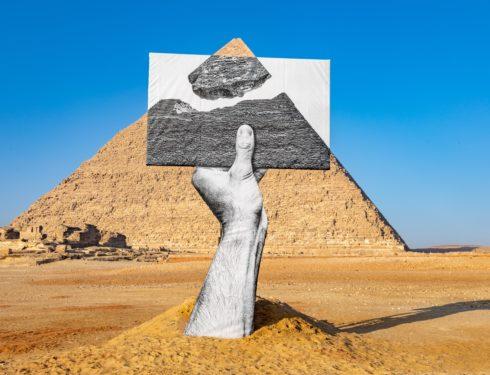 Che cosa ci fa l'arte contemporanea tra le piramidi d'Egitto?